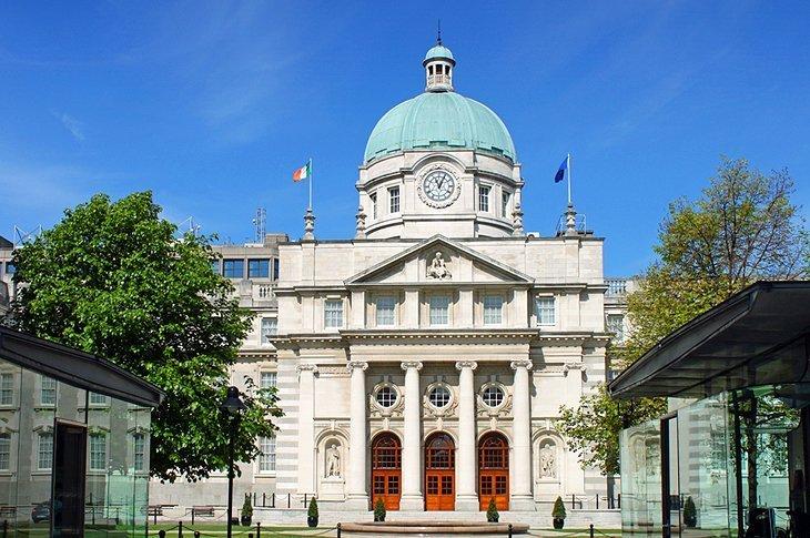 Muzeele din strada Kildare și casele Parlamentului