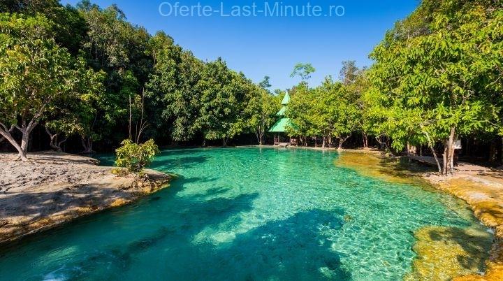 The Emerald Pool ( Piscina de smarald)