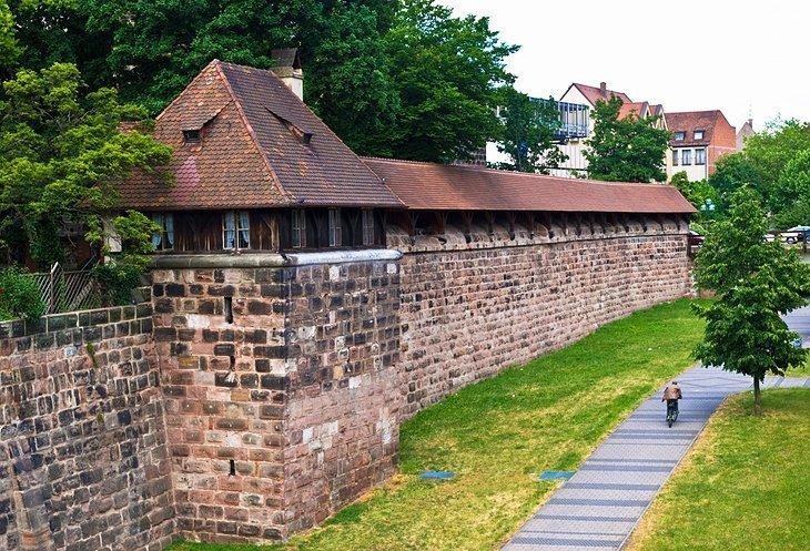 Mergeti la zidurile istorice ale orasului