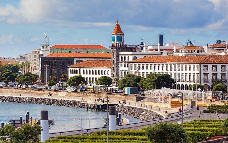 Portul frontal al portului și cartierul istoric